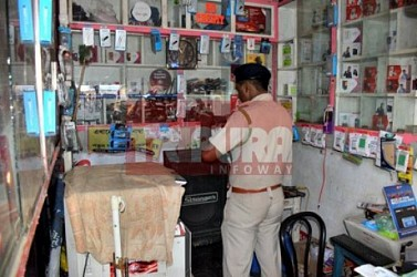 Mobile shop looted at Netaji Chowmuhani. TIWN Pic Sep 23