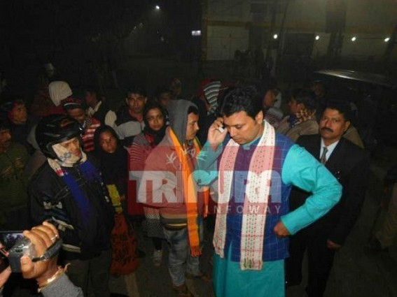 Agriculture Dept's Casual Staffs' road blockade ends after 16 hours : No Minister, MLA from ruling party met the agitators : Blockade withdrew at 1.30 AM with Biplab's intervention